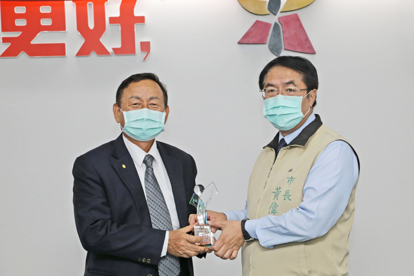 "FCS_Mr. Wei-zhe Huang (right), the Tainan City Mayor awarded the "" Healthy Workplace Model"" to FCS president, Mr. Po-Hsun Wang (left)."